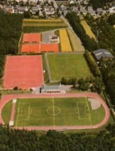 SVE-Sportgelände mit drei Fußballplätzen und sieben Tennisplätzen mit Sportheimen